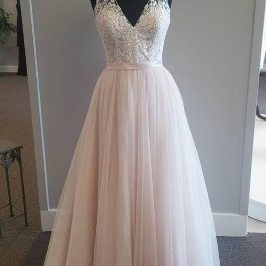 Sleeveless V-Neck Lace Appliqués Tulle A-line Wedding Dress